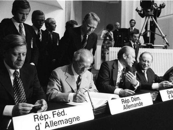 Bundeskanzler Helmut Schmidt und der Staatsratsvorsitzende Erich Honecker 1975 bei der Unterzeichnung der KSZE-Schlussakte in Helsinki.