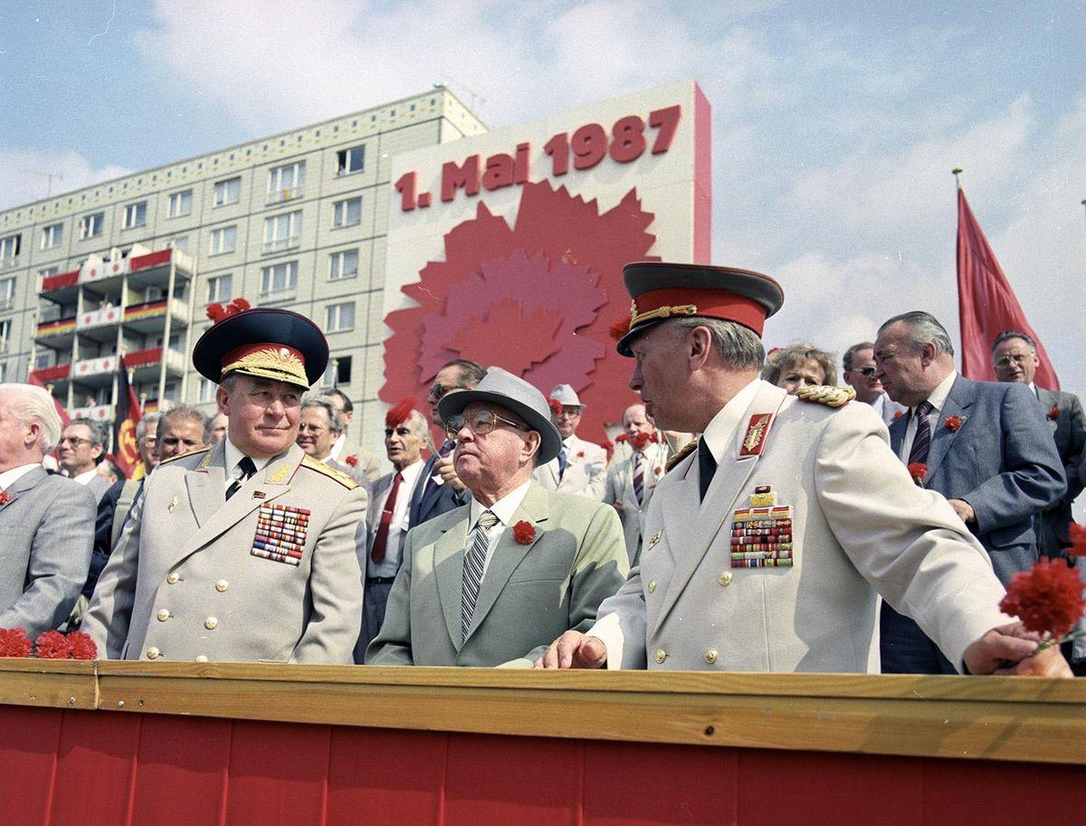Erich Mielke mit sowjetischen Generalen auf der Bühne bei der Parade zum 1. Mai 1987.