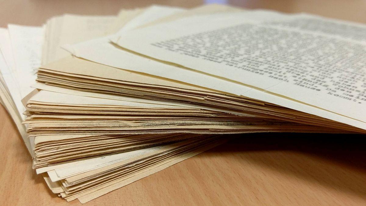 Das Bild zeigt einen Stapel Papiere.