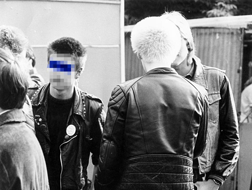 Auf dem Schwarz-Weiß-Bild sind eine Gruppe Punks zu sehen.