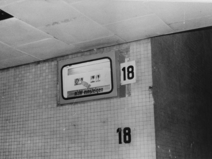 Beschädigte Bahnsteigsanzeige am Dresdener Hauptbahnhof.