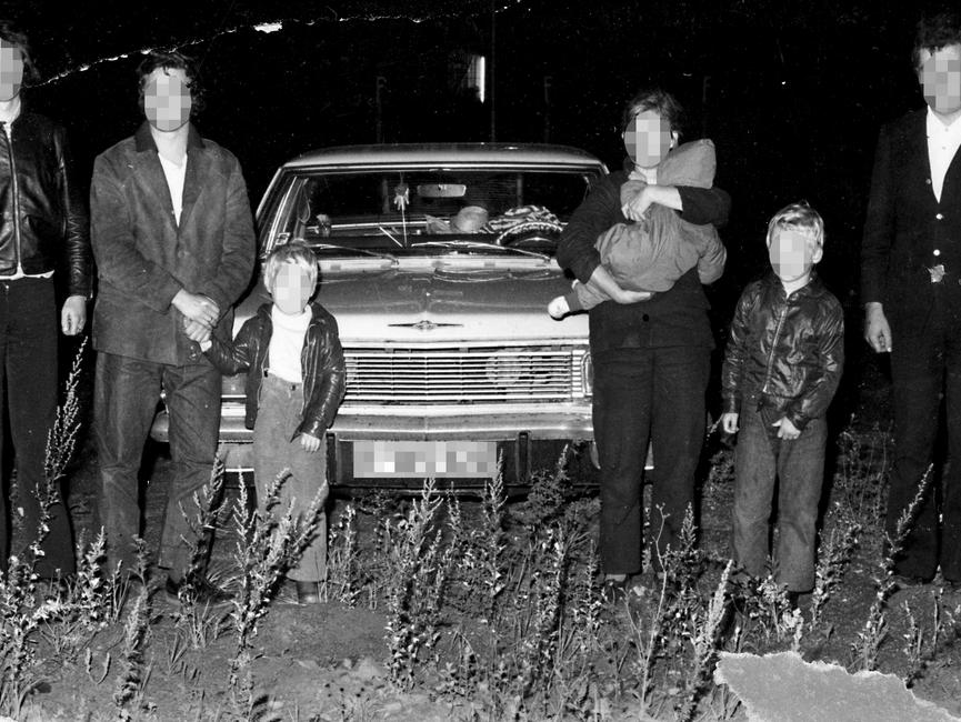 Von der Stasivermutlich kurz nach derFestnahmederFluchtwilligen nachgestelltes Foto: Die festgenommeneFamilieund ihre Fluchthelfervor demFluchtfahrzeug.