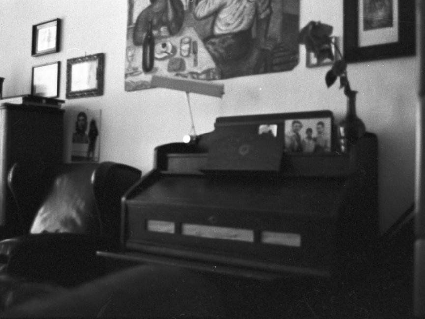 Die MfS-Mitarbeiter fotografierten bei Wohnungsdurchsuchungen Räume und Einrichtungen von Bürgern, die die Stasi überwachte. Hier das Klavier von Wolf Biermann.