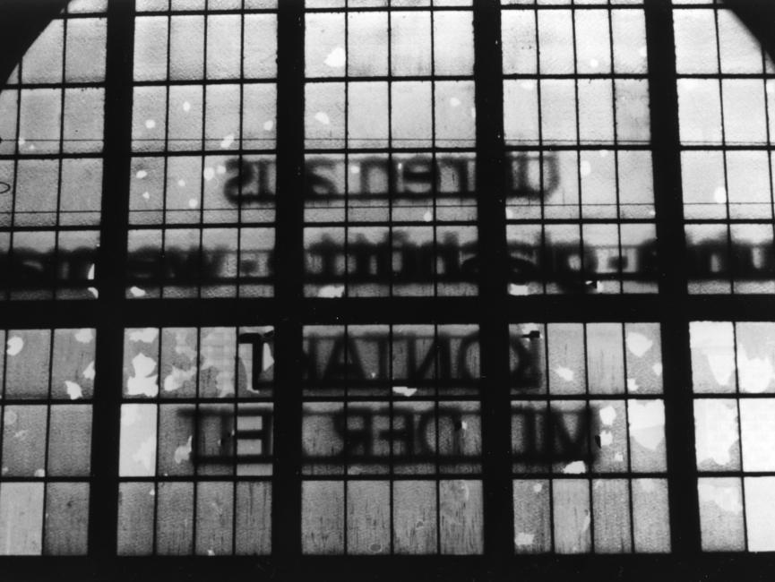 Zerstörte Fensterscheiben an der Bahnhofsfassade.