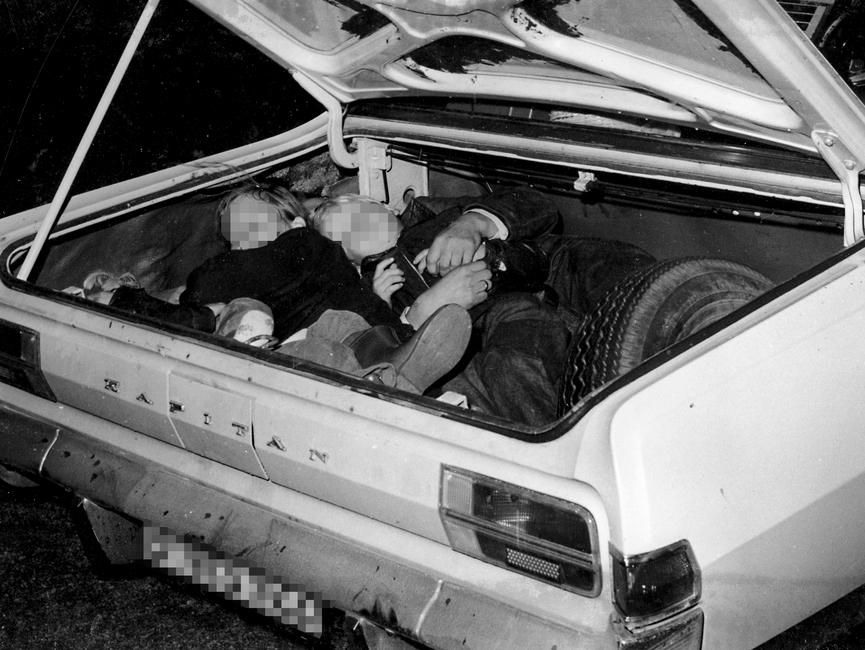 Von der Stasivermutlichkurznach derFestnahme derFluchtwilligen1973 nachgestelltesFoto: EineFamilie mitdreiKindern im KofferraumeinesWest-Berliner Opel Kapitän.