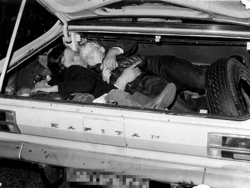 Von derStasi vermutlichkurz nach derFestnahme derFluchtwilligen1973 nachgestelltesFoto: Eine Familie mitdreiKindernim KofferraumeinesWest-Berliner OpelKapitän.
