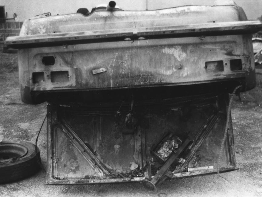 Auch dieses auf dem Kopf stehende Polizeifahrzeug ist komplett zerstört.