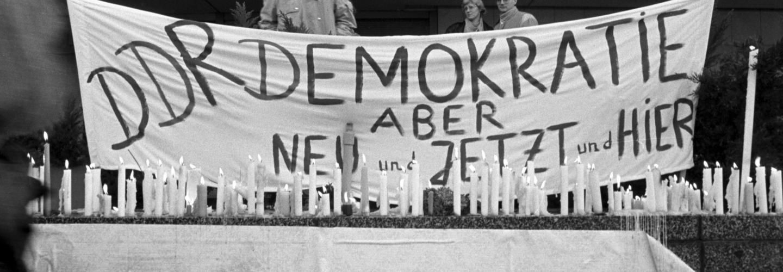 Transparent am Palast der Republik während einer Kundgebung für Freiheit und Demokratie