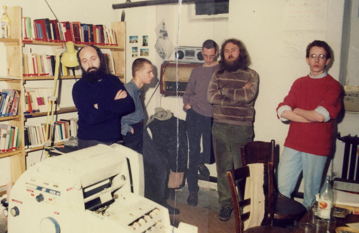 Von der Stasi während der Durchsuchung der Umweltbibliothek angefertigtes Foto von den verhafteten Mitarbeitern der 'UB': Bodo Wolff, Till Böttcher, Bert Schlegel, Wolfgang Rüddenklau und Tim Eisenlohr (von links nach rechts).