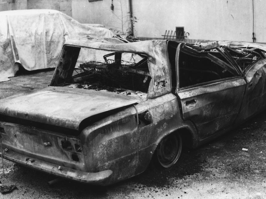 Ausgebranntes und komplett zerstörtes Fahrzeug.