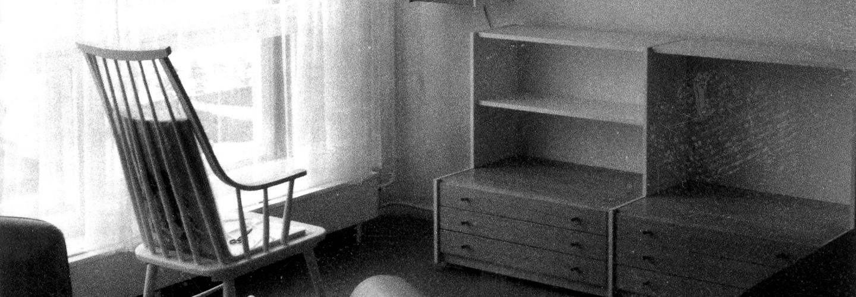Ein Recht auf Privatsphäre in der eigenen Wohnung. Auf dem Bild links steht ein Holzstuhl. Rechts ist eine Schrankwand zu erkennen.