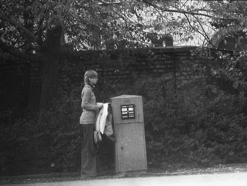 Stasi-Observation von Bürgern beim Einwurf von Post in einen öffentlichen Briefkasten. Hier wirft eine junge Frau einen Brief ein.