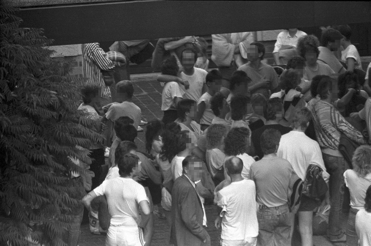 Auf dem Schwarz-Weiß-Bild ist eine Gruppe Menschen zu sehen.