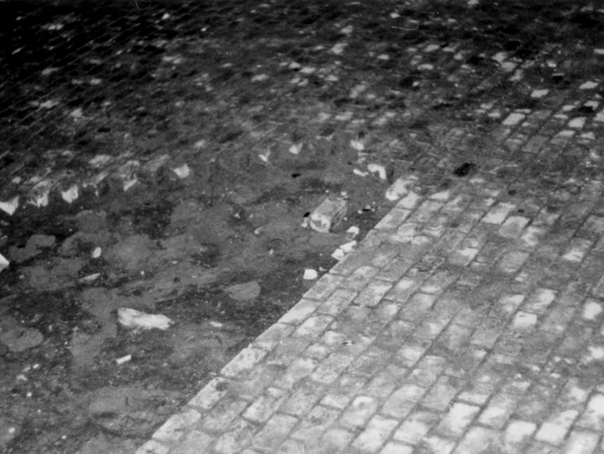 Aufgerissenes Straßenpflaster vor dem Bahnhof, offenbar Wurfmunition einiger Demonstranten.