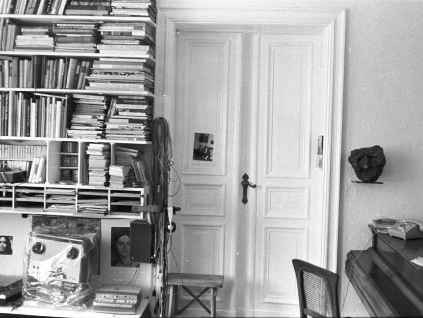 Fotos, die heimlich bei einer Hausdurchsuchung in der Ostberliner Wohnung von Wolf Biermann aufgenommen wurden.
