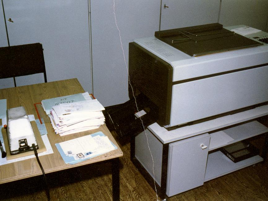 Technisches Gerät in der Postkontrolle der Abteilung M.