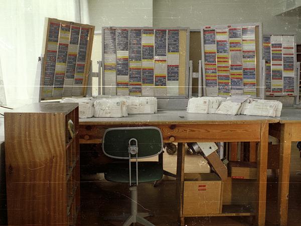Fahndungstafeln für die Anschriftenfahndung in einem Postamt. Hier filterten hauptamtliche Stasi-Mitarbeiter in Postuniformen den Briefverkehr. Tauchte ein Schreiben mit einer auf den Tafeln verzeichneten Überschrift auf, wurde der Brief für die weitere Kontrolle aussortiert.