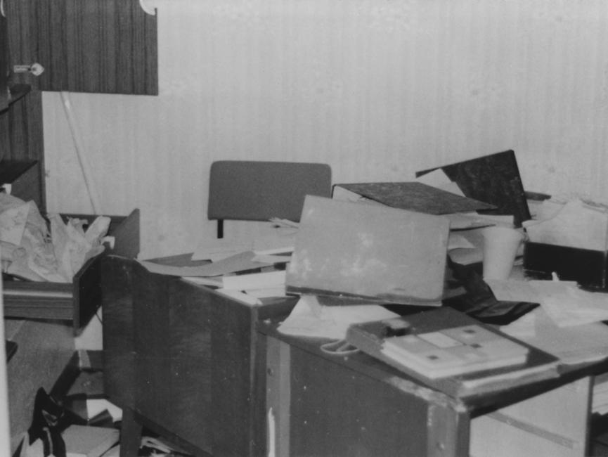 Räume der Reichsbahn wurden ebenfalls verwüstet. Zu sehen ist ein Schreibtisch mit zerwühlten Unterlagen darauf.