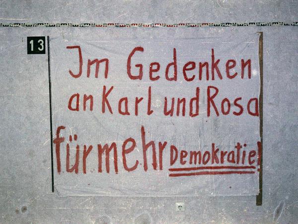 Beschlagnahmtes Transparent mit der Aufschrift:  'Im Gedenken an Karl und Rosa für mehr [Unterstrichen: Demokratie]!'