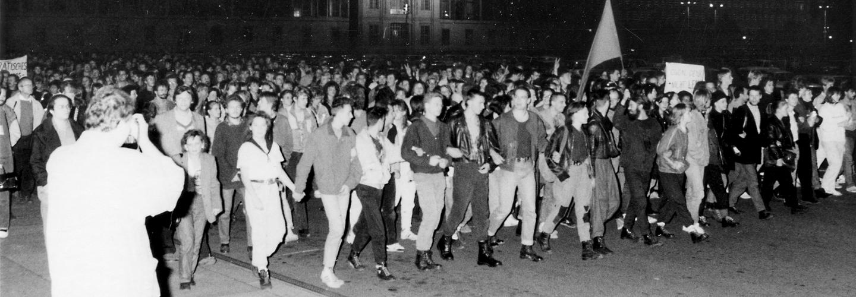 Abendliche Protestdemonstration gegen die Wahl von Egon Krenz zum Staatsratsvorsitzendenvordem Staatsratsgebäude.
