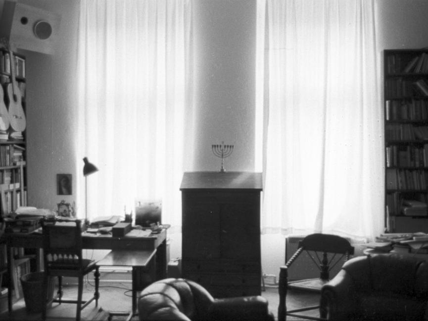 Fotos einer heimlichen Hausdurchsuchung in der Wohnung von Wolf Biermann. Im Vordergrund zwei Ledersessel, im Hintergrund ein Schreibsekretär.