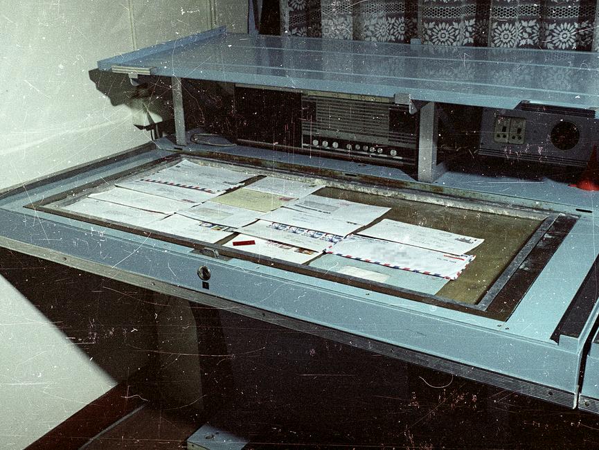 Technisches Gerät zur Postkontrolle. Für die Öffnung, Überprüfung und möglichst spurlose Weitersendung an den eigentlichen Empfänger setzte das MfS viele, zum Teil eigens dafür entwickelte Geräte ein.