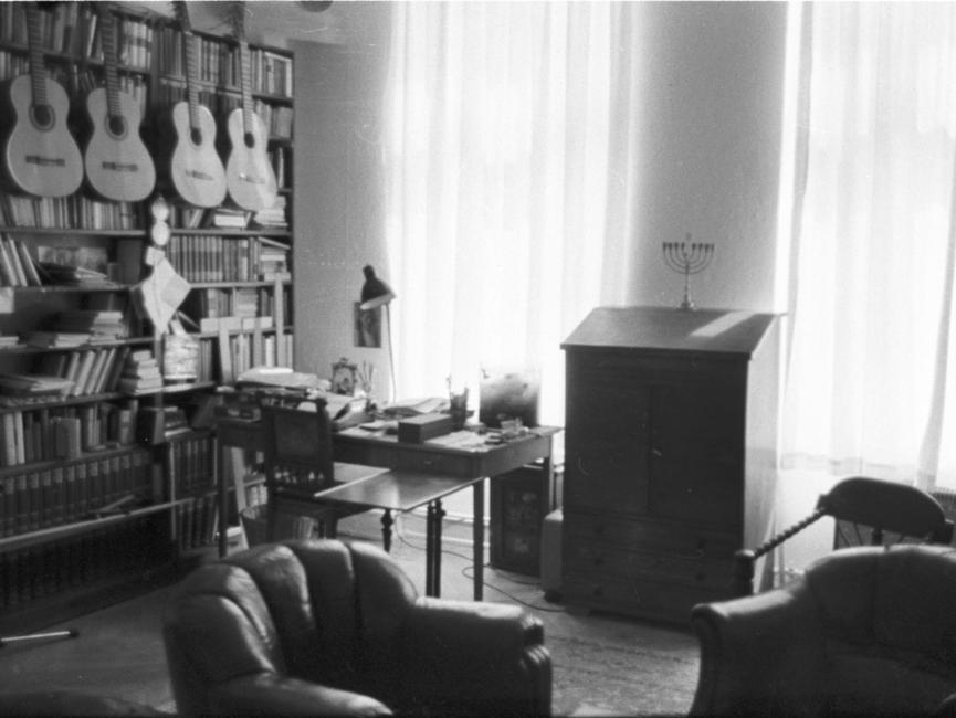 Fotos einer heimlichen Hausdurchsuchung in der Wohnung von Wolf Biermann. Im Hintergrund hängen seine Gitarren an einem Bücherregal.