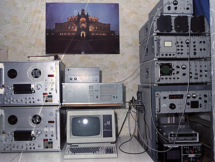 Ein Arbeitsplatz mit technischen Geräten.