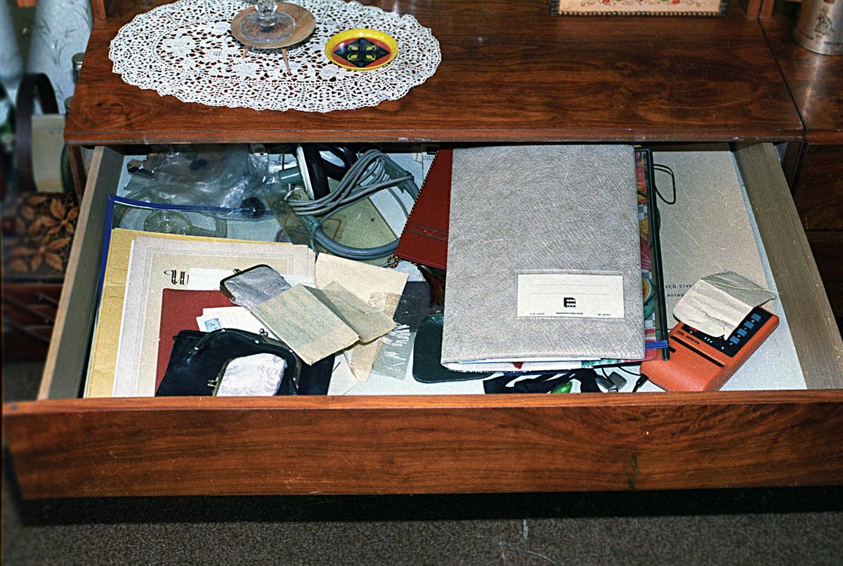 Bei Wohnungsdurchsuchungen öffnete die Stasi Schubladen und fotografierte den Inhalt.