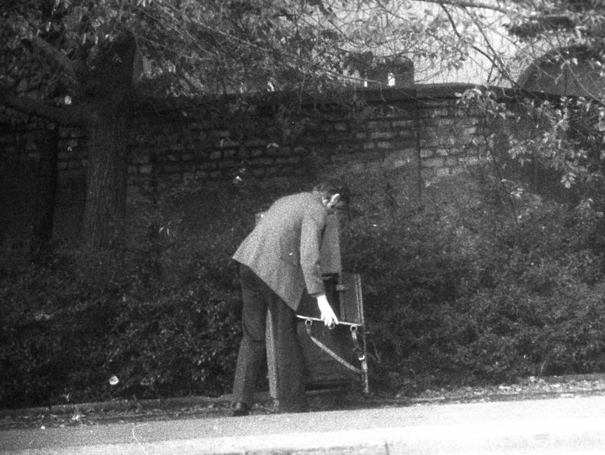 Stasi-Observation von Bürgern beim Einwurf von Post in einen öffentlichen Briefkasten. Hier fotografierten die Beobachter die Leerung des Briefkastens.