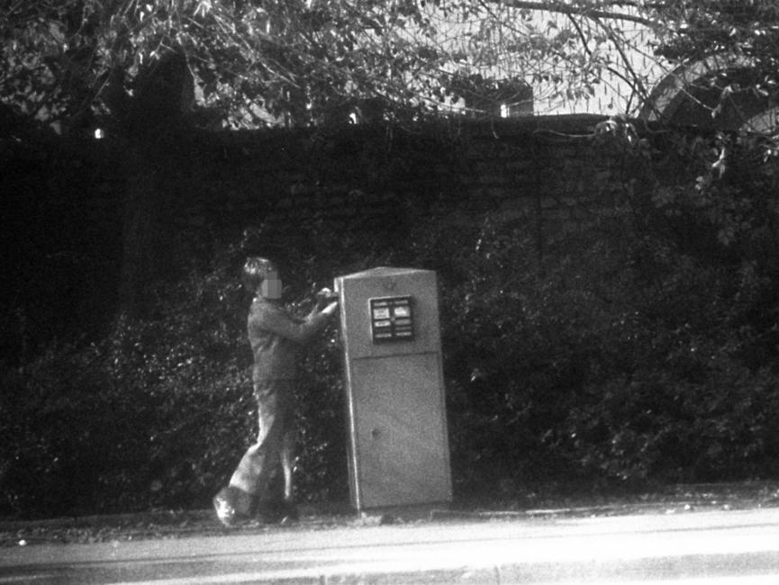 Stasi-Observation von Bürgern beim Einwurf von Post in einen öffentlichen Briefkasten. Hier wirft ein Junge einen Brief ein.