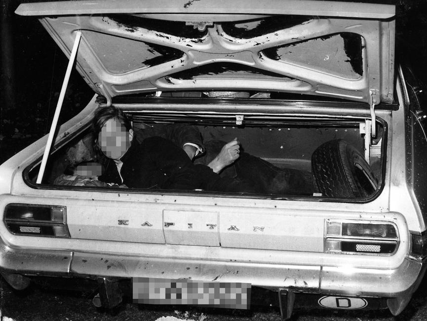 Von der Stasivermutlich kurz nach derFestnahmederFluchtwilligen 1973 nachgestelltesFoto: EineFamiliemit dreiKindernim KofferraumeinesWest-Berliner Opel Kapitän.